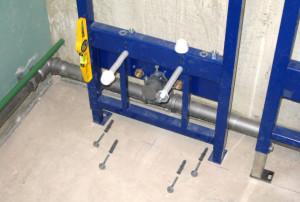 установка опорной рамы для подвесного унитаза